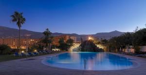 Piscina El Mirador y hotel al anochecer